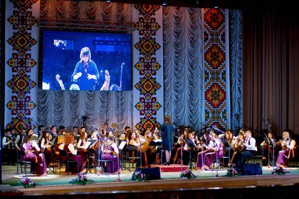 На сцені оркестр народних інструментів, за диригентським пультом директор Лариса Римар