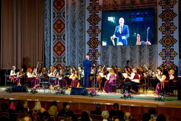 У супроводі оркестру народних інструментів соло на домрі виконує Ілона Гусак, диригує Михайло Дмитришин
