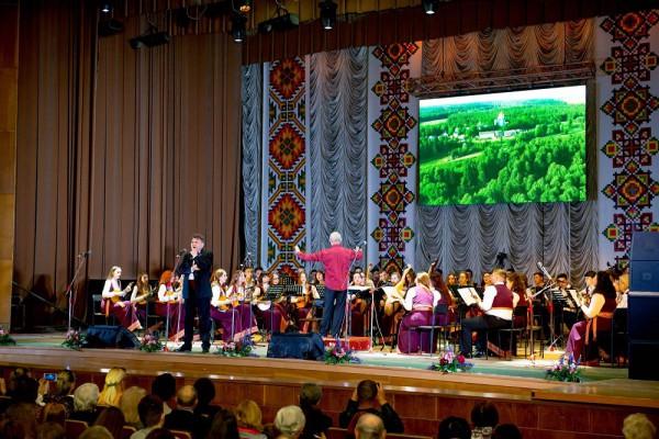 Співає Заслужений артист України Борис Репка, диригує Омелян Кміть