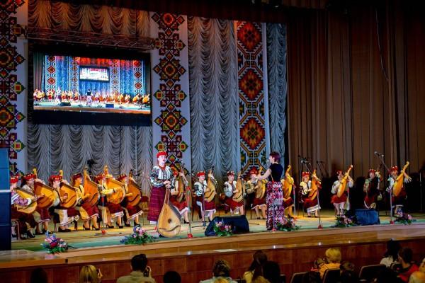 На сцені капела бандуристів «Веснянка», художній керівник – Ірина Турко, співає солістка Марія Корчак
