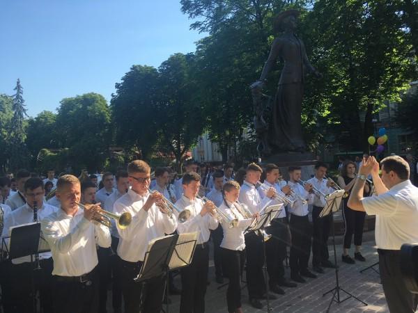 Звучить гімн України у виконанні духового оркестру музичного училища