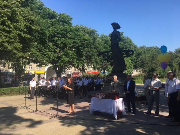Урочисту лінійку в честь свята останнього дзвоника відкриває директор Тернопільського музичного училища Лариса Римар