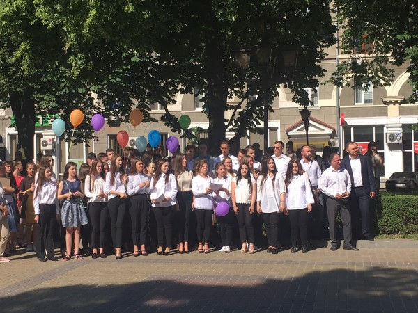 Студенти та викладачі виконують гімн музичного училища «Славень»